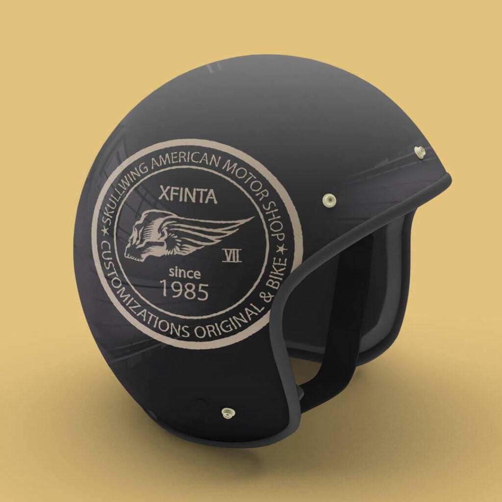 casco con adesivo