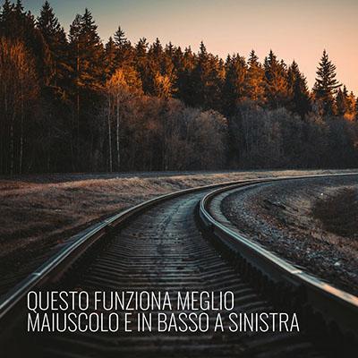 immagine con testo in basso a sinistra e sfondo con ferrovia e bosco