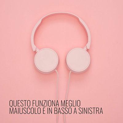 immagine con testo in basso a sinistra con sfondo rosa e cuffie rosa