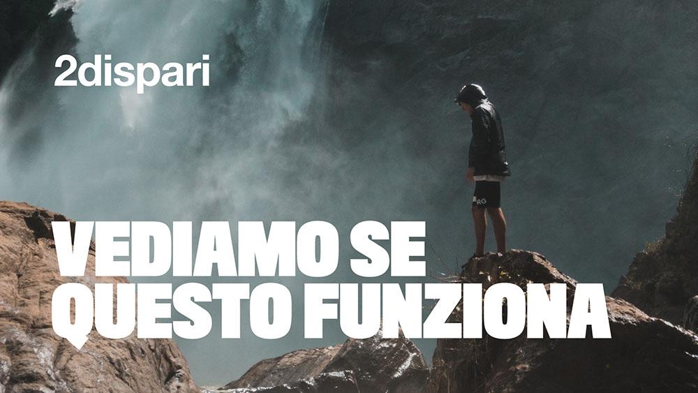 messaggio promozionale 2dispari con ragazzo e montagne con cascata sullo sfondo