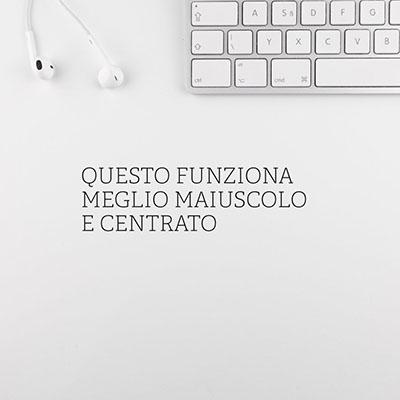 immagine con testo centrato con sfondo di cuffie e tastiera apple